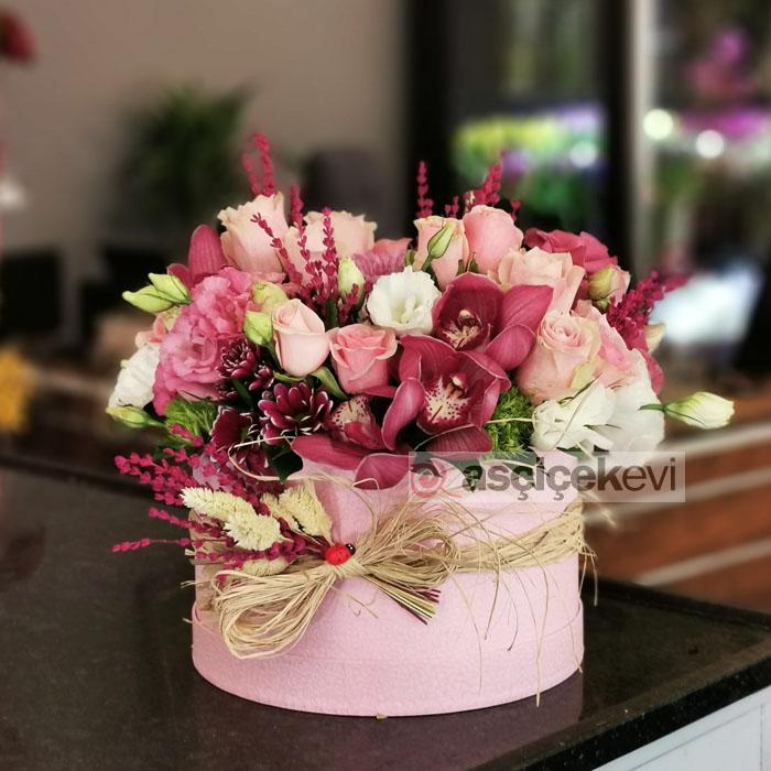Kutuda Güller ve Orkideler